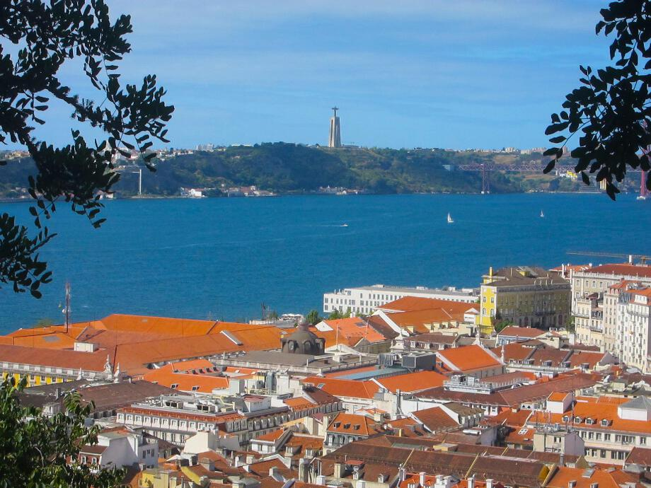 You_can_enjoy_this_stunning_view_from_the_Castelo_Sao_Jorge.jpg